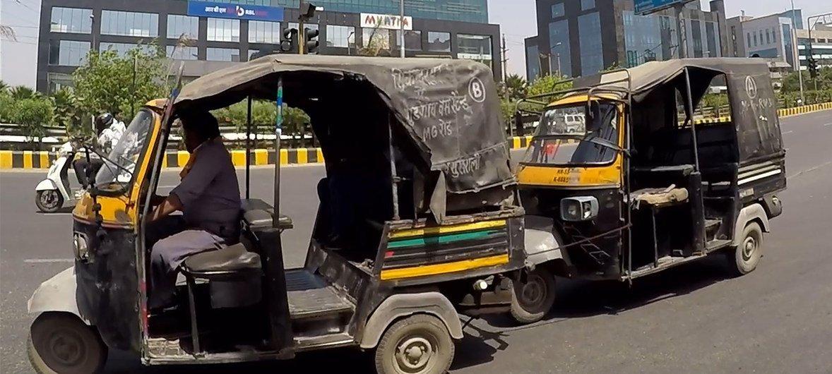 दिल्ली और अन्य शहरों में ऑटोरिक्शा जैसे वाहनों से भी बहुत प्रदूषण फैलता है