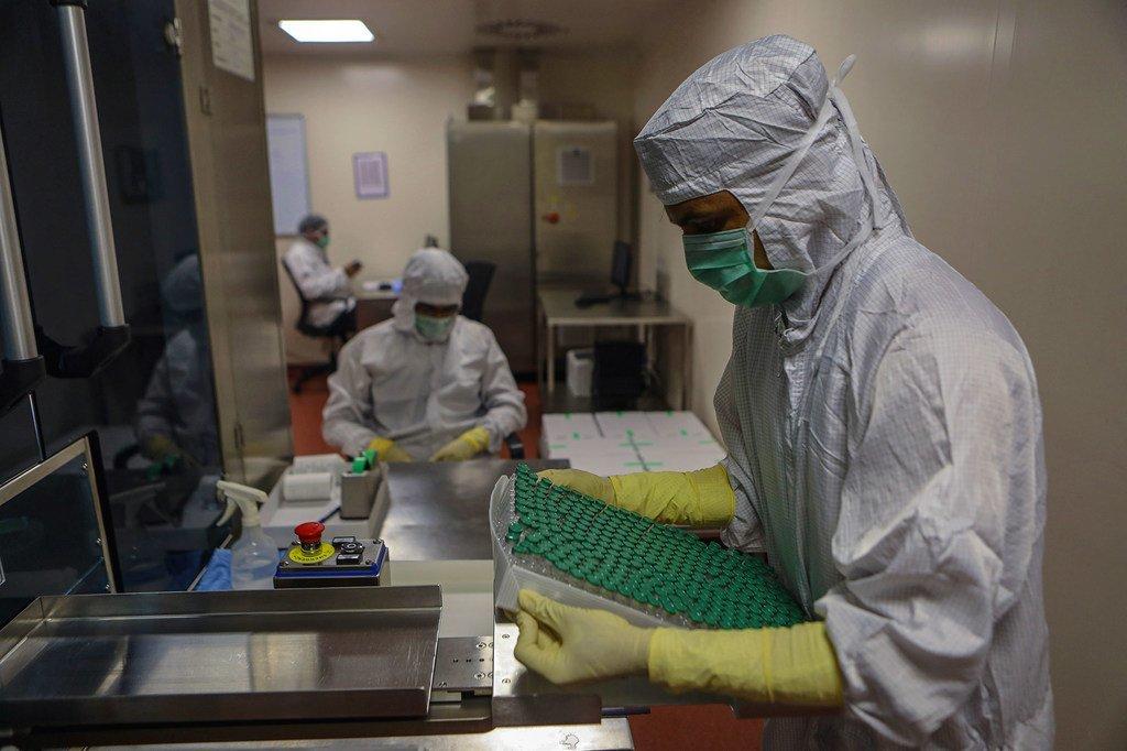 La vacuna COVID-19 de AstraZeneca/Oxford para el mecanismo COVAX se fabrica bajo licencia en la India.