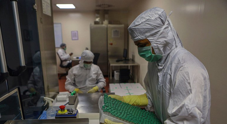 La vacuna de AstraZeneca ofrece una protección similar a la de Pfizer en personas de 70 años o más