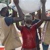 Mkimbizi wa ndani nchini Msumbiji akipokea msaada wa chakula