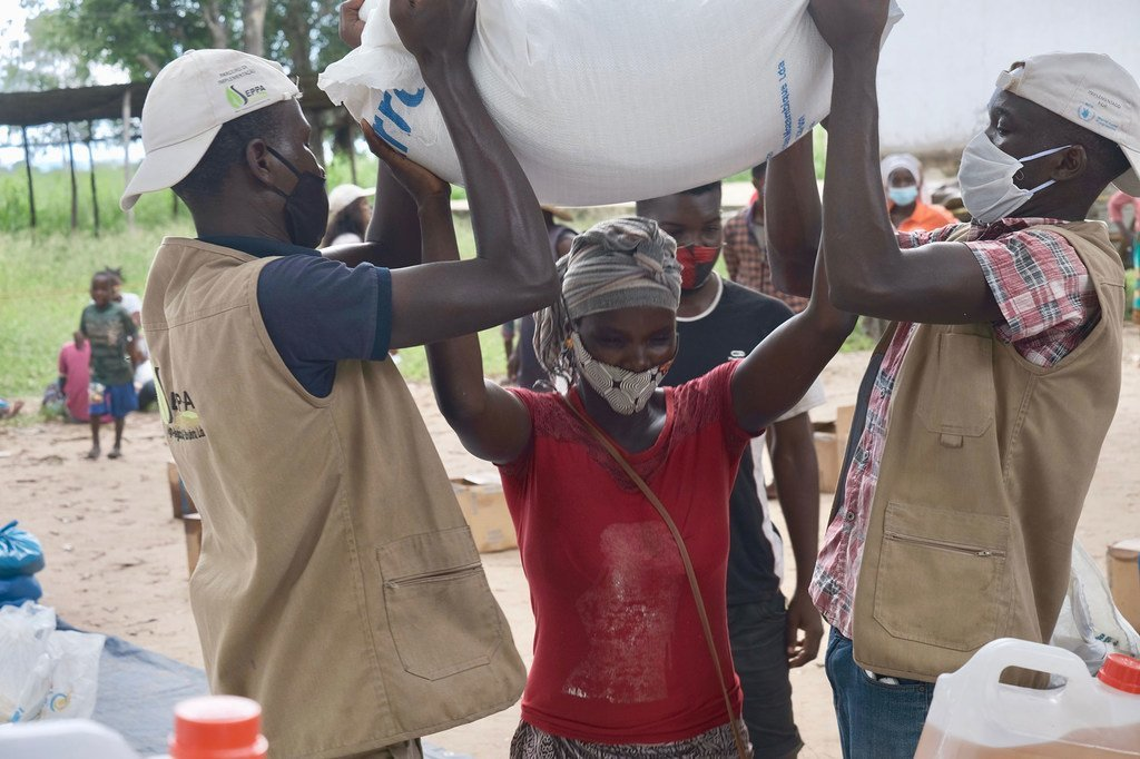 Une femme déplacée dans le nord du Mozambique reçoit de l'aide alimentaire.