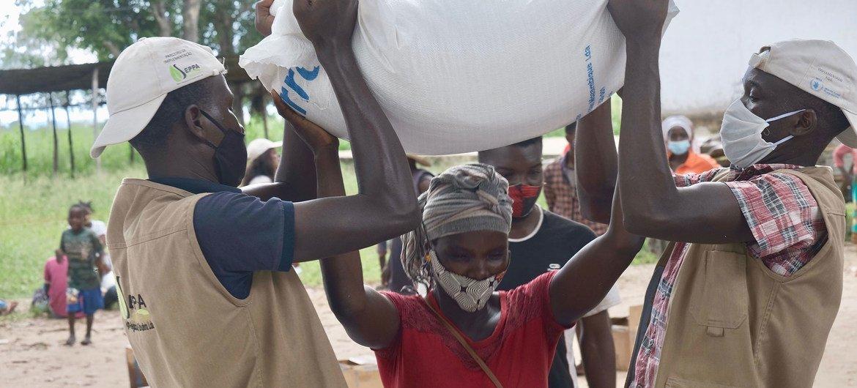Uma mulher deslocada no norte de Moçambique recebe ajuda alimentar.