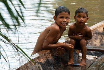 Crianças indígenas na Amazônia