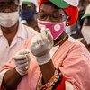 माली में एक स्वास्थ्यकर्मी, कोविड-19 वैक्सीन का टीका लगाने की तैयारी करते हुए. माली को, कोवैक्स कार्यक्रम के तहत, 3 लाख 96 हज़ार ख़ुराकें मुहैया कराई गई हैं.