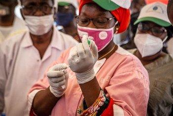 Enfermeira no Mali prepara uma dose de vacina