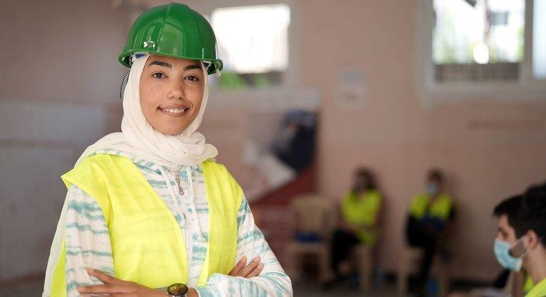 رفح (23 عاما) هي واحدة من بين المئات من الشباب اللبناني الذين شاركوا في تنظيف بيروت وإعادة تأهيل المدينة.