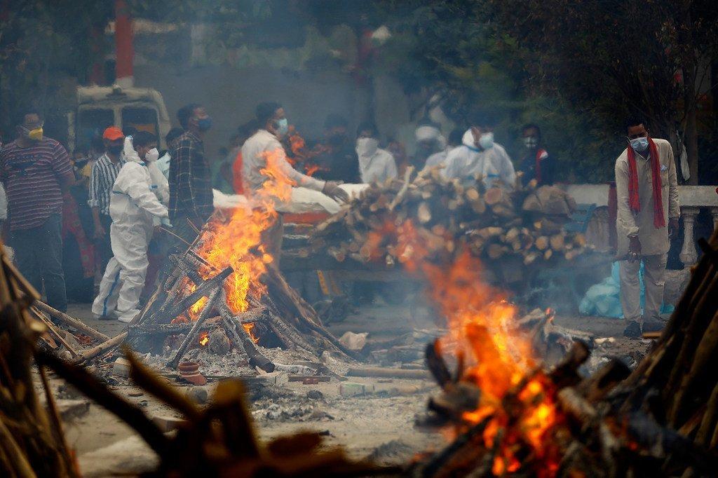 印度新德里,一家火葬场正在火化因感染新冠病毒而去世的患者遗体。