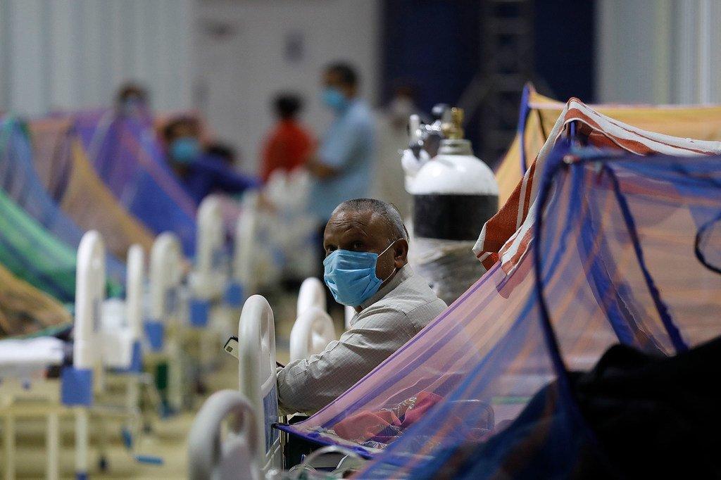 Les patients reçoivent un traitement dans le centre de soins Covid-19 du Commonwealth Games Village (CWG) à New Delhi, en Inde.