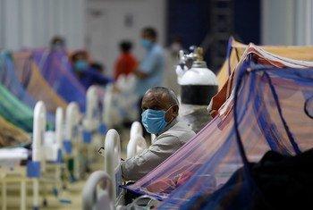 Pacientes recibiendo tratamiento en el centro de atención COVID-19 en la Villa de los Juegos de la Commonwealth en Nueva Delhi, India.