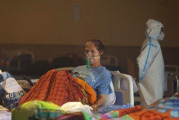 Un patient reçoit un traitement dans une salle de banquet, temporairement convertie en service d'urgence de la Covid-19 à New Delhi, en Inde.