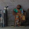 भारत के मुम्बई शहर के गोरेगाँव इलाक़े में एक मरीज़, चिकित्सा मदद की प्रतीक्षा करते हुए. इस मरीज़ को कोविड-19 का संक्रमण होने की भी आशंका है. भारत में अप्रैल 2021 में महामारी की स्थिति भीषण हो गई.