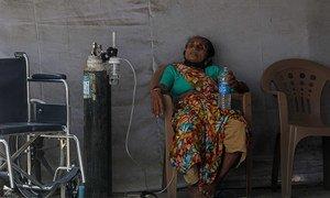 印度孟买,一名可能感染了新冠病毒的患者正在等待接受治疗。