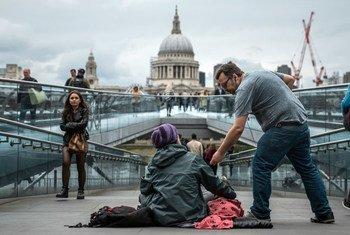 英国伦敦街头,一名无家可归的女性正在乞讨。