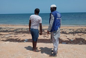 A staff member of the IOM in Djibouti talks to a migrant who arrived in the African country by boat.