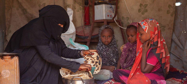 El Programa Mundial de Alimentos proporciona asistencia alimentaria a los desplazados internos en Mokha (Yemen).