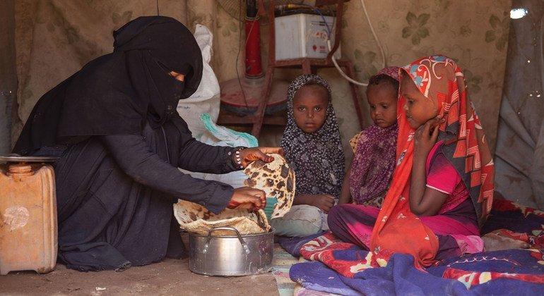يقدم برنامج الأغذية العالمي مساعدات غذائية للنازحين داخليا في المخا باليمن.