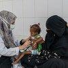 أم في اليمن تأخذ ابنتها البالغة من العمر 18 شهرا لتلقي العلاج من سوء التغذية.