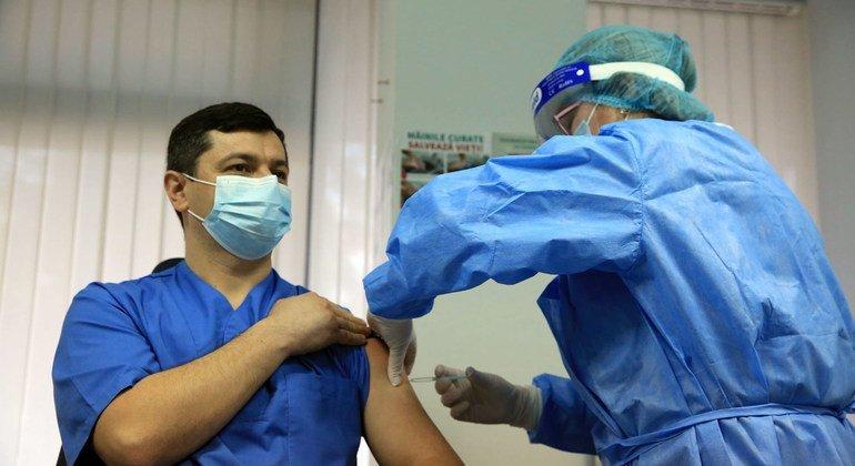 В ВОЗ рекомендуют вакцинироваться от гриппа в первую очередь тем, кто находится в группе риска, в том числе - медработникам.