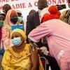 مالي تبدأ ببرامج التطعيم ضد كوفيد-19، ووزيرة الصحة فتنة سيبي هي أول المتلقين للقاح.