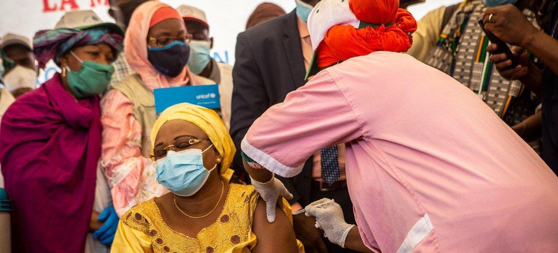 马里卫生部长西比(Fanta Siby)率先接种新冠疫苗。