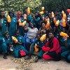 Julian Omalla (au centre à droite) avec des employés de la société Delight Uganda Limited.