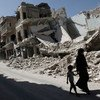 Une jeune fille et une femme passent devant des bâtiments détruits dans la ville de Maarat al-Numaan à Idlib, en Syrie.