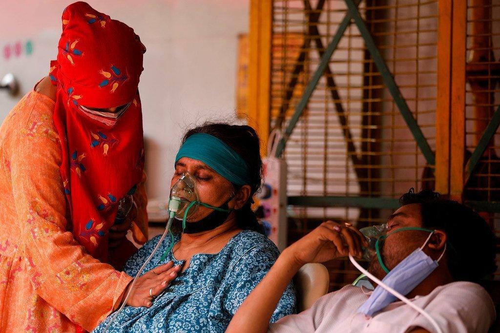 新冠病人在印度加济阿巴德的一个礼拜场所接受氧气。