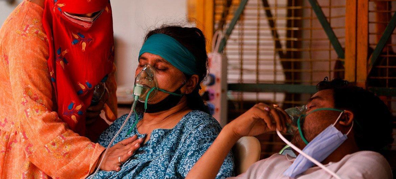 يتلقى مرضى كوفيد-19 الأكسجين في مكان للعبادة في غازي آباد، الهند.