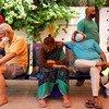 Pacientes de COVID-19 con dificultades respiratorias a la espera de recibir oxígeno que les salve la vida en un templo de Ghaziabad, India.
