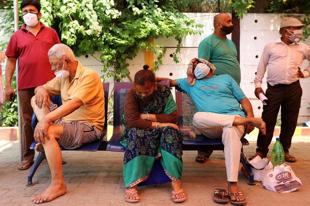 مرضى كوفيد-19 الذين يعانون من صعوبات في التنفس ينتظرون تلقي الأكسجين المنقذ للحياة في مكان للعبادة في غازي آباد، الهند.