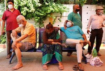 В Индии по-прежнему растет число случаев заболевания COVID-19. Мест в больницах на всех не хватает.