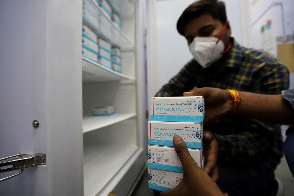 Des doses de vaccin contre la Covid-19 sont stockés dans un entrepôt géré par le gouvernement à New Delhi, en Inde.