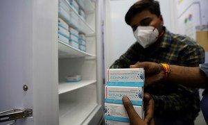 新冠疫苗储存在印度新德里的一个政府运营的设施中。