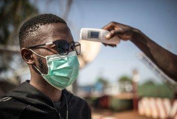 مالي: قياس درجة حرارة شخص للكشف عن الإصابات بمرض كوفيد-19.