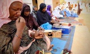 Des femmes artisans touaregs produisent des articles en cuir dans le cadre d'un projet soutenu par la mission de maintien de la paix de l'ONU au Mali, la MINUSMA.