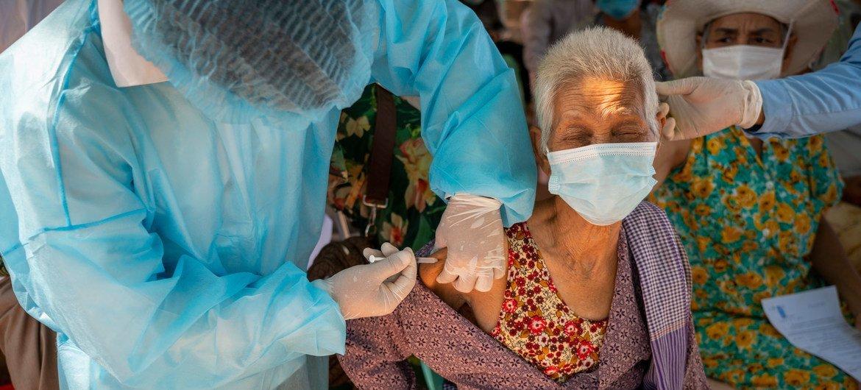 امرأة مسنة تتلقى لقاحا ضد فيروس كورونا في مقاطعة كاندال، كمبوديا.