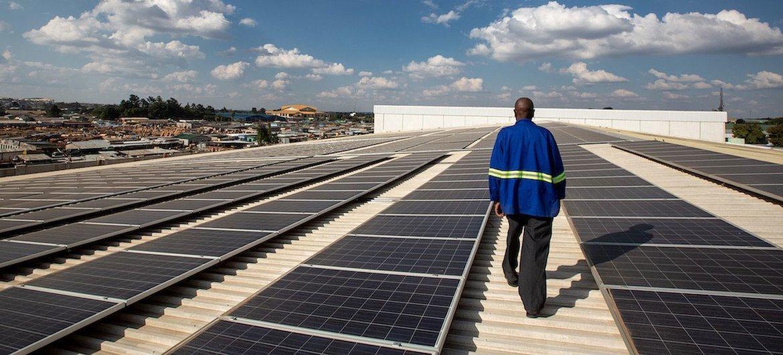 Técnico verifica paineis de energia solar