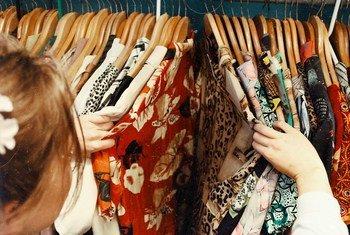 Модная индустрия может внести существенный вклад в борьбу с изменением климата, прежде всего, благодаря своим гигантским объемам производства.