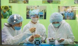 Mujeres jóvenes participan en el primer programa de desarrollo de nanosatélites de Kazajstán.