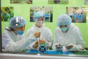 Des jeunes femmes participent au premier programme de développement de nanosatellites destiné aux femmes au Kazakhstan.