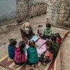 Un trabajador de la salud habla con los niños desplazados en el campamento sirio de Atma sobre sus esperanzas y preocupaciones.