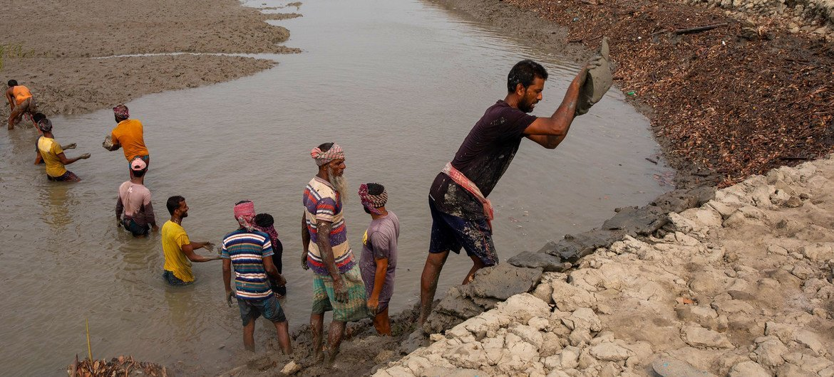 In Bangladesh, efforts are undertaken to improve coastal protection from flooding caused by storms and a rise in sea level due to climate change.