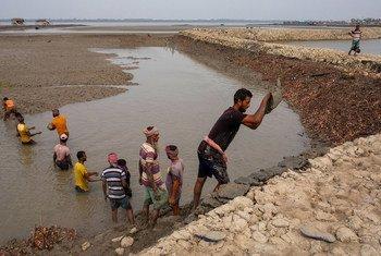 बांग्लादेश में बाढ़ से तटीय इलाक़ों की रक्षा के लिये प्रयास किये जा रहे हैं.
