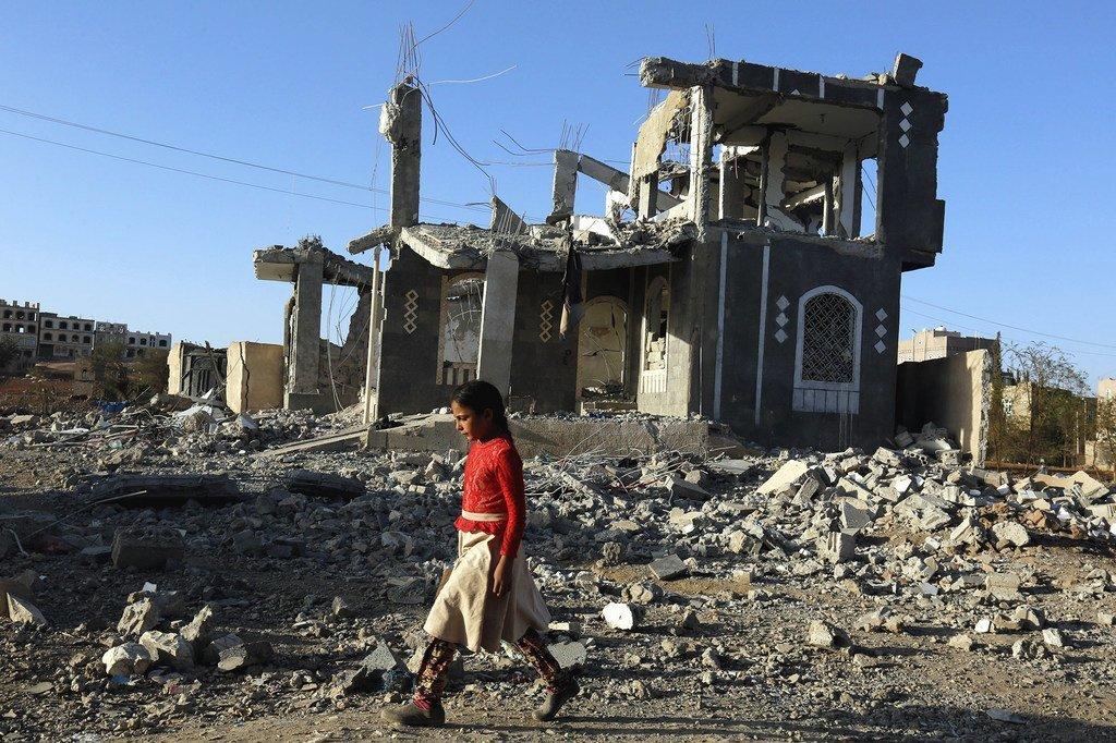 Une fille marche à travers les décombres de la guerre à Sanaa, au Yémen.