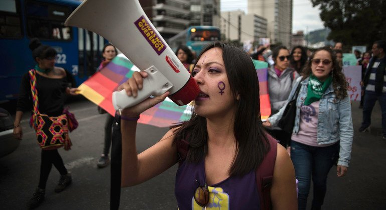 """ONU Mulheres lançou """"plano feminista para a recuperação econômica e a transformação global"""". Na imagem, mulheres protestam contra a violência de gênero no Equador."""