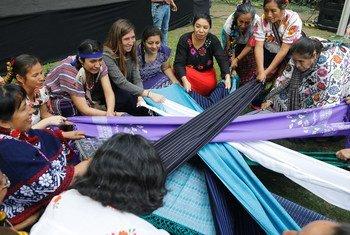 Mujeres indígenas celebran la ceremonia de apertura antes del inicio del Foro de Igualdad Generacional en Ciudad de México