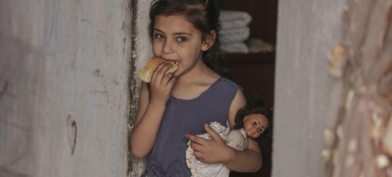 برنامج الأغذية العالمي يقوم بتوزيع المساعدات الطارئة على الأسر المحتاجة في غزة.