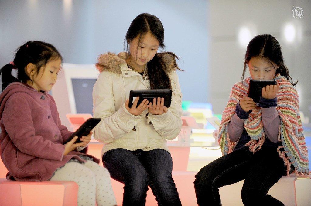 Selon l'ONU, dans le monde, 17% d'hommes et de garçons en plus ont accès à Internet par rapport aux femmes et aux filles.