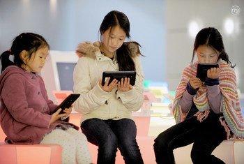 联合国数据显示,在全球范围内,接入互联网的男性和男孩人数比女性的多17%。