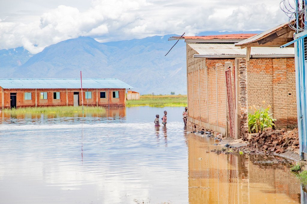 Una escuela de la provincia rural de Bujumbura, cerca del lago Tanganika, en Burundi, no puede impartir clases debido a que su recinto está inundado.